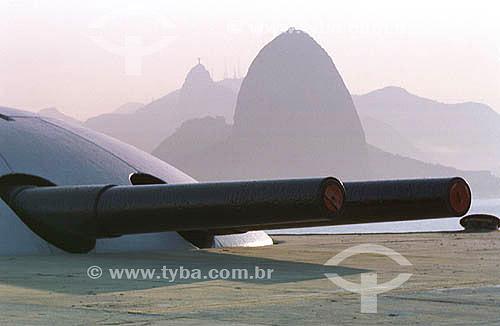Canhões no Forte do Imbuí  com Pão de Açucar e Corcovado ao fundo - Jurujuba - Niterói - RJ - Brazil  - Niterói - Rio de Janeiro - Brasil