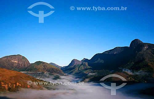 Amanhecer com névoa na serra de Petrópolis - Itaipava - região serrana do estado do Rio de Janeiro - Brasil / Data: 2007