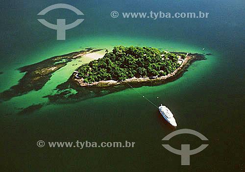 Vista aérea de barco ancorado em ilha - Angra dos Reis - Costa Verde - RJ - Brasil  - Angra dos Reis - Rio de Janeiro - Brasil