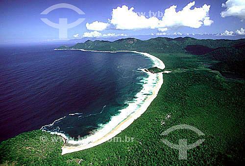 Vista aérea da Praia de Sul e Leste separadas apenas por pequena ilha conhecido como Ilhote - Reserva Biológica Estadual da Praia do Sul - Ilha Grande - APA dos Tamoios - Baía de Angra dos Reis - Costa Verde - RJ - Brasil / Data: 2007