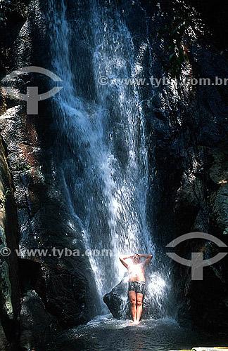 Homem refrescando-se na Cachoeira da Feiticeira - Ilha Grande - APA dos Tamoios - Baía de Angra dos Reis - Costa Verde - RJ - Brasil  - Angra dos Reis - Rio de Janeiro - Brasil