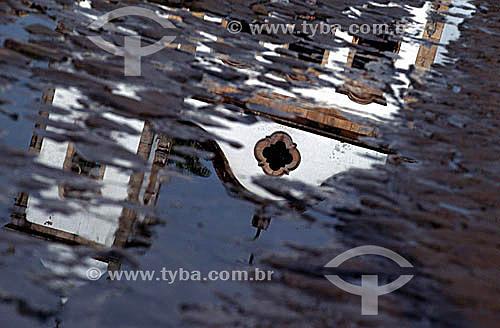 Reflexo da imagem da Igreja de Santa Rita dos Pardos Libertos   nas águas da Baía de Parati - Costa Verde - RJ - Brasil  A mais antiga edificação religiosa da cidade, construída no início do século XVIII. Sua fachada é típica das igrejas jesuítas, com três janelas no coro, uma porta e frontão curvilíneo. No alto da torre do campanário há um galo de grimpa - um catavento - em cobre. é Patrimônio Histórico Nacional desde 13-02-1962.  - Paraty - Rio de Janeiro - Brasil