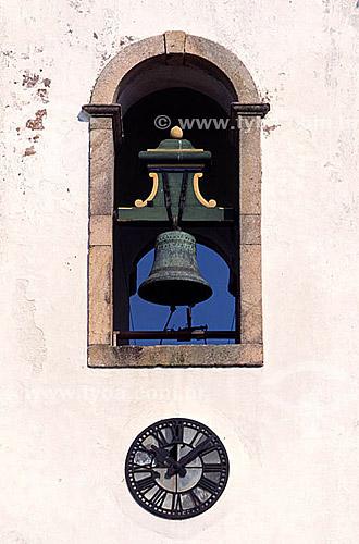 Detalhe do sino da Igreja de Santa Rita (Santa Rita Church) (1) na cidade de Parati (2) - Costa Verde - Rio de Janeiro - RJ - Brasil(1) A mais antiga edificação religiosa da cidade, construída no início do século XVIII. Sua fachada é típica das igrejas jesuítas, com três janelas no coro, uma porta e frontão curvilíneo. No alto da torre do campanário há um galo de grimpa - um catavento - em cobre. É Patrimônio Histórico Nacional desde 13-02-1962.(2) Cidade histórica de meados do século 16, início do século 17, a partir de 1958, foi transformada em Patrimônio Histórico e Artístico Nacional e, em 1966, Monumento Histórico Nacional.  - Paraty - Rio de Janeiro - Brasil