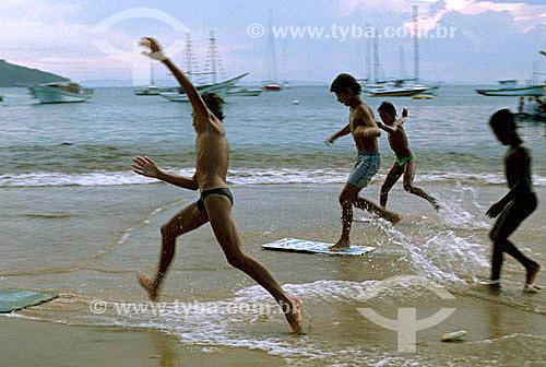 Meninos se divertindo -  Surf na areia molhada - Praia da Armação - Búzios - Costa do Sol - Região dos Lagos - RJ - Brasil  - Armação dos Búzios - Rio de Janeiro - Brasil