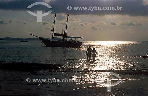 Silhueta de casal e saveiro na Praia da Tartaruga - Armação dos Búzios - Costa do Sol - Região dos Lagos - RJ - Brasil  - Armação dos Búzios - Rio de Janeiro - Brasil