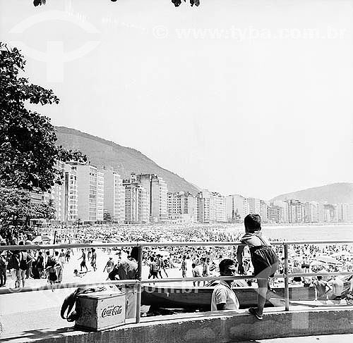 Menino e isopor de Coca-cola antigo em primeiro na Praia de Copacabana lotada - Rio de Janeiro - RJ - Brasil - 1962  - Rio de Janeiro - Rio de Janeiro - Brasil