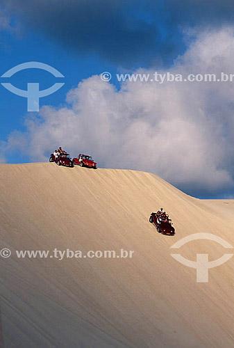 Assunto: Turistas andando nas dunas de Genipabu / Local: Extremoz - Rio Grande do Norte (RN) - Brasil / Data: 2003