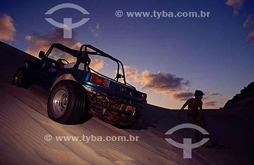 Homem dirigindo jipe nas dunas de Genipabu - Natal - RN - Brasil  - Natal - Rio Grande do Norte - Brasil