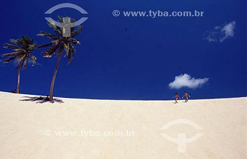 Crianças correndo nas dunas de Genipabu - Natal - RN - Brasil  - Natal - Rio Grande do Norte - Brasil