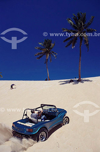 Assunto: Homem dirigindo jipe nas dunas de Genipabu  / Local: Extremoz - Rio Grande do Norte (RN) - Brasil / Data: 2004