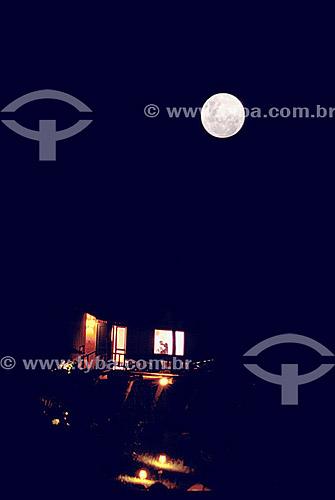 Casal se beijando na janela sob a lua cheia - Ilha do Papagaio - Florianópolis - SC - Brasil  - Florianópolis - Santa Catarina - Brasil