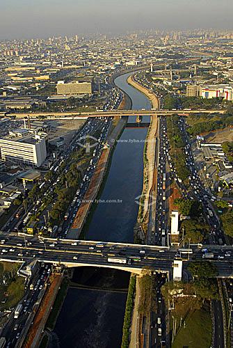 Rio Tietê entre Ponte das Bandeiras e Cruzeiro do Sul - São Paulo - SP - Brasil / Data: Julho de 2006