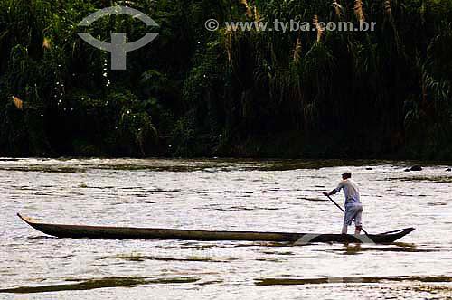 Homem atravessa o rio Ribeira em canoa de tronco - Quilombo Ivaporunduva - vale do Ribeira - Eldorado - SP - Brasildata : abril 2006  - Eldorado - São Paulo - Brasil