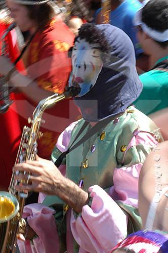 Músico tocando sax durante o desfile do Bloco de Carnaval