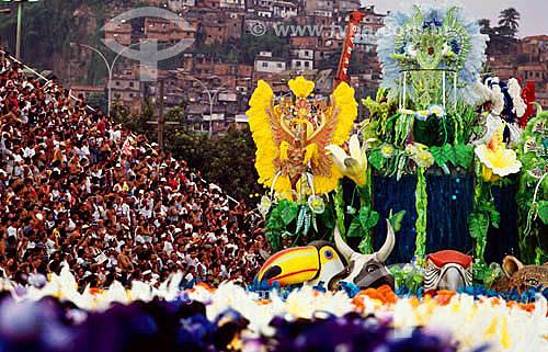 Desfile de carnaval no Sambódromo com o público nas arquibancadas à esquerda e a favela no morro do Catumbi - Rio de Janeiro - RJ - Brasil  - Rio de Janeiro - Rio de Janeiro - Brasil