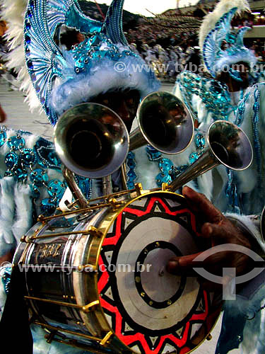 Ala da Bateria - Cuica - Ritmista da Escola de Samba Unidos de Vila Isabel durante o  desfile no Sambódromo - detalhe da bateria - Carnaval 2005 - desfile no Sambódromo - Rio de Janeiro - RJ - Brasil  foto digital  - Rio de Janeiro - Rio de Janeiro - Brasil