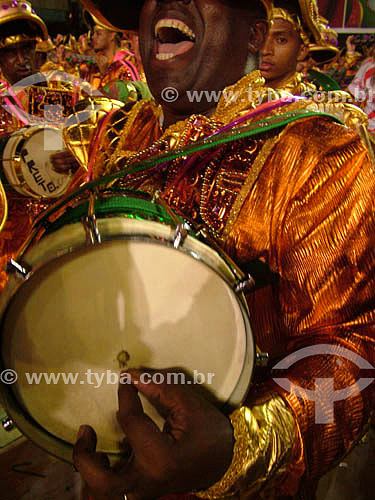 Bateria da escola de samba Império durante o desfile na Marquês de Sapucaí - Cuica - Sambódromo - Carnaval 2005 - Rio de Janeiro - RJ - Brasil  foto digital  - Rio de Janeiro - Rio de Janeiro - Brasil