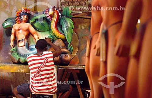 Homem trabalhando no barracão em adereços para Escola de Samba Salgueiro  Rio de Janeiro - RJ - Brasil  - Rio de Janeiro - Rio de Janeiro - Brasil
