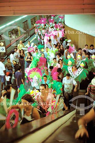 Componentes da escola de samba indo para o desfile de carnaval da Mangueira de metrô - Rio de Janeiro - RJ - Brasil  - Rio de Janeiro - Rio de Janeiro - Brasil