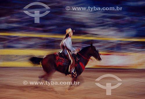 Rodeio - Vaqueiro de chapéu à cavalo