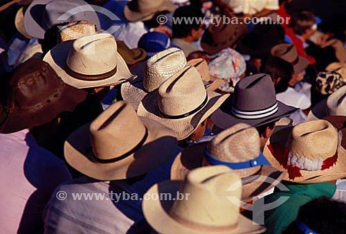 Homens de chapéus assistindo ao rodeio na Festa do Peão Boiadeiro em Barretos - Rodeio - SP - Brasil  - Barretos - São Paulo - Brasil