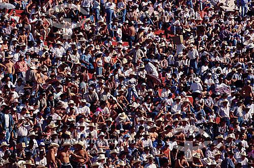 Multidão assistindo ao rodeio na Festa do Peao Boiadeiro em Barretos - SP - Brasil  - Barretos - São Paulo - Brasil