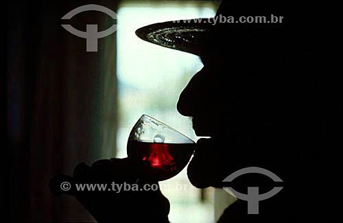 Silhueta de homem bebendo vinho