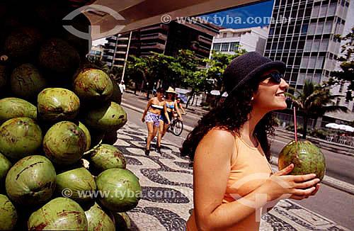 Mulher bebendo água de côco na praia de Ipanema - Rio de Janeiro - RJ - Brasil  - Rio de Janeiro - Rio de Janeiro - Brasil