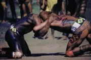 Índios da tribo Jês lutando durante o Kuarup