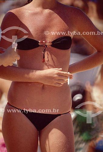 Detalhe de mulher de biquini fumando cigarro - Rio de Janeiro - RJ - Brasil  - Rio de Janeiro - Rio de Janeiro - Brasil