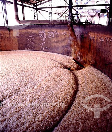Assunto: Usina experimental de produção de álcool a partir de mandioca / Local: Curvelo - Minas Gerais (MG) - Brasil / Data: Década de 80