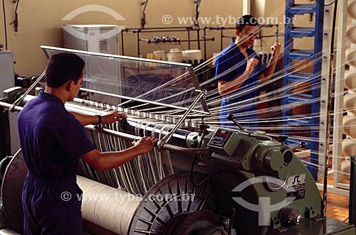 Homens trabalhando em uma indústria de tecido - RJ - Brasil  - Rio de Janeiro - Brasil