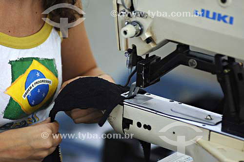 Mulher costurando sutiã - Fábrica de roupas íntimas femininas - Nova Friburgo - Rio de Janeiro - BrasilData: 25/11/2006.