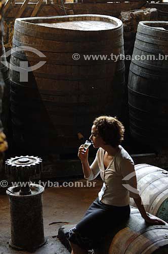 Mulher degustando cachaça em Alambique - Fazenda Murycana - Paraty - RJ - Brasil - Dezembro de 2006  - Paraty - Rio de Janeiro - Brasil