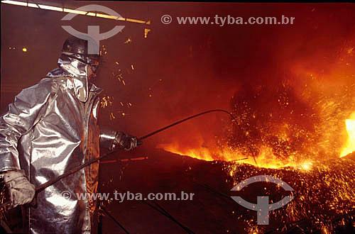 Operário trabalhando em alto forno da Companhia Siderúrgica Nacional - Volta Redonda - RJ - Brasil - Data: 2000