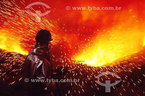 Operário trabalhando em alto forno na CSN (Companhia Siderurgica Nacional ) - Volta Redonda - RJ - Brasil / Data: 2005