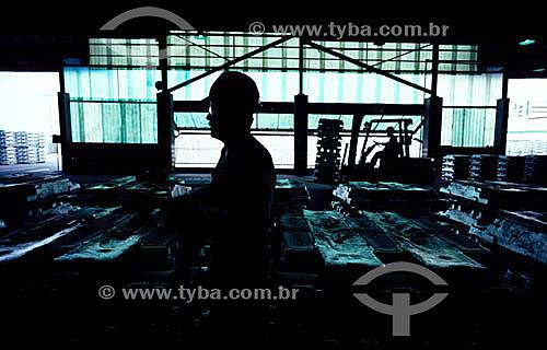 Silhueta de trabalhador em Indústria de alumínio - Brasil  - Rio de Janeiro - Brasil