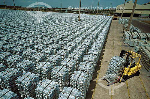 Assunto: Indústria de alumínio Albrás - Empilhadeira organizando lingotes de alumínio / Local: Barcarena - PA - Brasil / Data: 1999