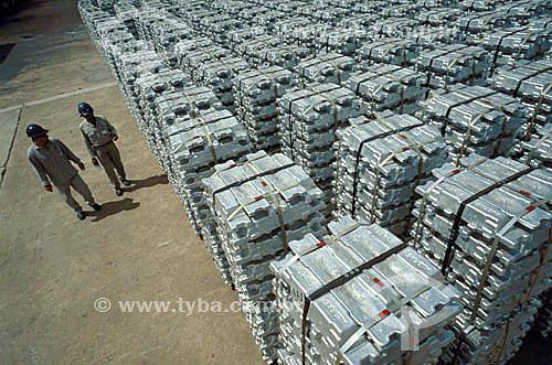 Assunto: Trabalhadores em pátio de armazenamento de lingotes de alumínio - Indústria de alumínio Albrás / Local: Barcarena - PA - Brasil / Data: 1999