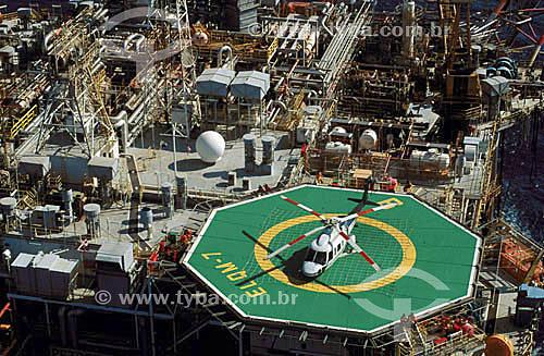 Helicoptero em plataforma de produção de petróleo - Brasil