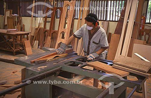 Movelaria na Amazônia. Fabricação de móveis com madeiras certificadas provenientes de manejo florestal - Carpinteiro - Brazil / Data: Fevereiro de 2008