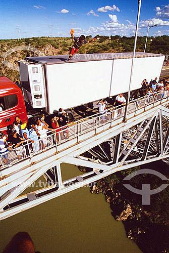 Assunto: Homem saltando de paraquedas na Ponte Dom Pedro II sobre o Rio São Francisco / Local: Paulo Afonso - Bahia (BA) - Brasil / Data: 02/2008