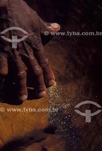 Garimpo de ouro usando bateia de madeira, Rio Jequitinhonha - Minas Gerais - Brasil - 2002  - Minas Gerais - Brasil