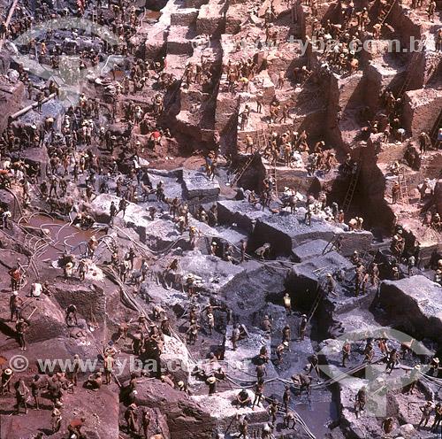 Mineração - Garimpeiros procurando por ouro no garimpo  de Serra Pelada - Pará - Brasil / Data: 1991