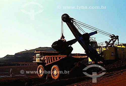 Caminhão e maquinário utilizado na extração de Minério de Ferro - Serra dos Carajás - Companhia Vale do Rio Doce - Pará - Brasil  - Parauapebas - Pará - Brasil