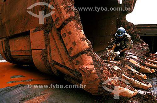Assunto: Operário reparando maquinário utilizado na extração de minério de ferro na Serra dos Carajás  - Companhia Vale do Rio Doce / Local: Carajás - Pará (PA) - Brasil / Data: 2003