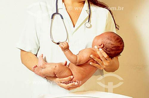 Enfermeira com bebê no colo