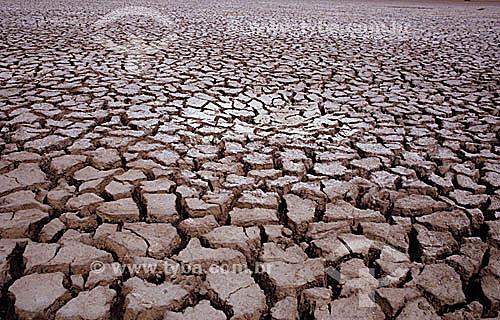 Terra Seca - Chão de barro rachado - Estiagem - Ceará - Nordeste - Brasil - 1993  - Ceará - Brasil