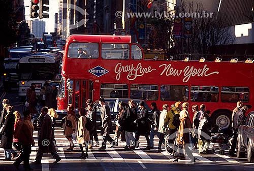 Pedestres na esquina da Rua 57 com 5ª Avenida - Nova York - NY - Estados Unidos