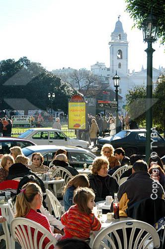 Pessoas sentadas em restaurante na rua -  Bairro Recoleta - Buenos Aires - Argentinaobs.:  foto digital